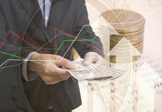 Guld- mynt pengar för dubbel exponering och grafekonomiinvestering royaltyfri bild