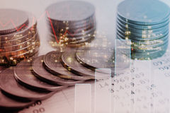 Guld- mynt pengar för dubbel exponering och grafekonomiinvestering arkivbild