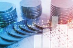 Guld- mynt pengar för dubbel exponering och grafekonomiinvestering arkivfoton