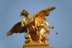 guld- mythological staty royaltyfri bild