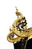 Guld- nagabild på det thai tempeltaket Arkivbilder