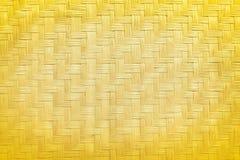 Guld- naturlig trätexturbakgrund, thailändskt traditionellt handcraft väv som göras från torkade växter vass eller cyperus, imbri fotografering för bildbyråer