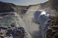 Guld- nedgångar som faller in i svalgen, Gullfoss vattenfall, Island. Royaltyfria Foton