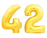 Guld- nummer 42 fyrtiotvå gjorde av den uppblåsbara ballongen på vit Royaltyfri Foto