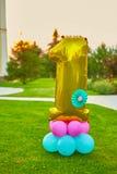 Guld- nummer 1 gjorde av den uppblåsbara ballongen Arkivbilder