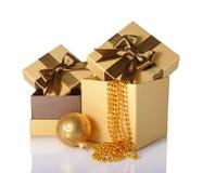 Guld- och bruna klassiska gåvaaskar med satängpilbågar, prydde med pärlor girlander och glass jul klumpa ihop sig Arkivfoto