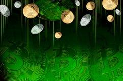 Guld- och försilvra Bitcoins på grön bakgrund, det Bitcoins begreppet av framkallning av en ny faktisk valuta arkivfoton