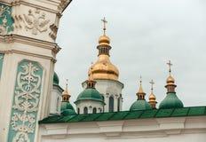 Guld- och gröna kupoler av kyrkan i Kiev, Ukraina Loppfoto Fotografering för Bildbyråer