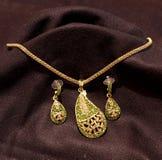 Guld- och grönt halsband, smycken i svart bakgrund Royaltyfri Fotografi