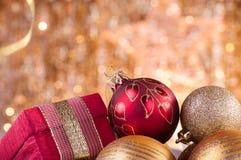 Guld och röd ask för baubles för jul röd och Arkivfoto