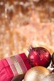 Guld och röd ask för baubles för jul röd och Arkivbild