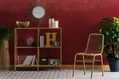 Guld- och röd elegant inre royaltyfria bilder