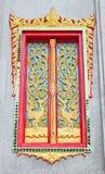 Guld- och röd thailändsk tempeldörrskulptur Fotografering för Bildbyråer