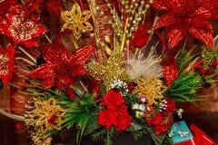 Guld- och röda garneringar för julträd Royaltyfri Foto