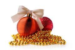 Guld- och röda julbollar med bandet bugar Royaltyfri Bild