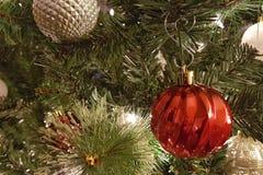 Guld- och röda julbollgarneringar Arkivfoto