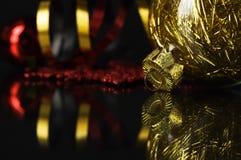 Guld- och röda xmas-struntsaker royaltyfria bilder