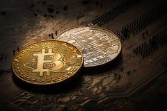 Guld- och silverbitcoin på en mörk bakgrund av en dator stiger ombord Begreppet av ett mörkt avtal med en crypto valuta Royaltyfri Bild