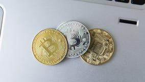Guld- och silverbitcoinmynt på en bärbar dator Digital crypto valuta faktiska pengar Metallmynt av bitcoin Affär Arkivfoton