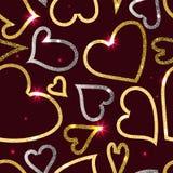 Guld- och silverhjärtor på mörkret - röd bakgrund Fotografering för Bildbyråer