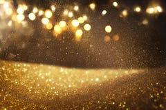 Guld och svart blänker tappningljusbakgrund defocused fotografering för bildbyråer