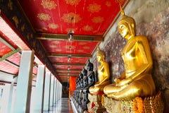 Guld- och svart Buddhastaty på den Wat Pho templet fotografering för bildbyråer