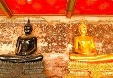 Guld- och svart Buddhastaty på den Wat Pho templet arkivbilder