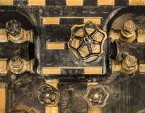 Guld- och svarta kontrollventiler av en gammal ångamotor i Asukay Arkivfoto