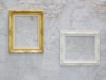 Guld- och vit bildram på väggen Royaltyfria Bilder