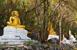 Guld- och vit buddha Arkivbilder