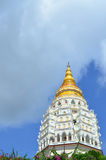Guld- och vit pagod på Kek Lok Si, kinesisk buddistisk tempel a royaltyfri foto