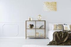 Guld- och vit sovruminre Arkivfoto