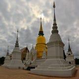 Guld- och vita Stupas i Chiang Mai, Thailand Arkivbild
