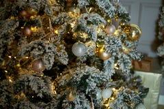 Guld- område för julgranprydnad Texturen är slutet Arkivfoto