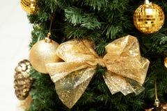 Guld- område för julgranprydnad Texturen är slutet Arkivbilder