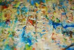 Guld- orange bakgrund för blåa grå färger som mousserar lerig vaxartad målarfärg, kontrast formar bakgrund i pastellfärgade toner royaltyfria bilder