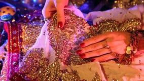 Guld- orientaliska smycken och tillbehör: Kvinnlighänder med indiska smycken stock video