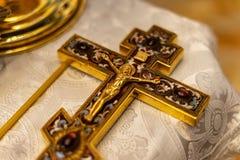 Guld- ortodoxt kors med den Jesus nollan royaltyfri fotografi