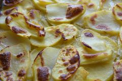 Guld- Owen Roasted Potato Slices royaltyfri bild