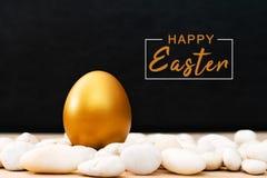 Guld- påskägg, lyckliga garneringar för ferie för påsksöndag jakt royaltyfri bild