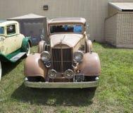 1934 guld- Packard modellbil 1108 Front View Royaltyfria Bilder