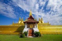 Guld- pagod av Pha som Luang i Vientiane, Laos arkivfoton