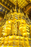 Guld- pagod i den Wat Phra That Si Chom läderremmen Worawihan Arkivfoto