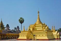 Guld- pagod i det Shwe Sar Yan Buddhist komplexet i Thaton, Myanmar Fotografering för Bildbyråer