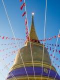 Guld- pagod i en buddistisk tempel Royaltyfria Foton