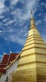 Guld- pagod i tempel av Thailand Arkivbild