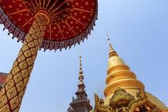 Guld- pagod i thailändsk offentlig kunglig tempel med blå himmel arkivbild