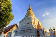 Guld- pagod i thailändsk tempel Arkivbild