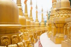 Guld- pagod i Wat Pa Sawang Boon, Thailand Royaltyfri Bild