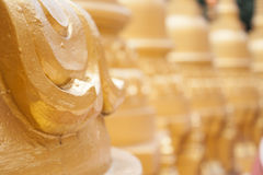 Guld- pagod i Wat Pa Sawang Boon, Thailand Arkivbilder